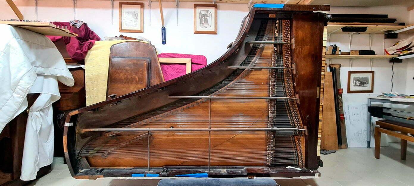 Piano Pleyel 1844 arrivé récemment à l'atelier pour une restauration complète